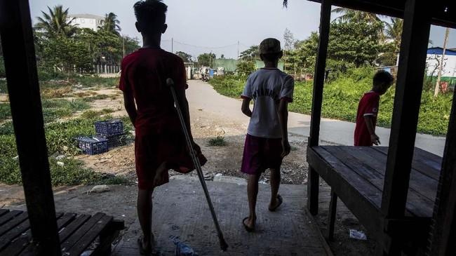 Kaung Khant Lin (kiri) terobsesi pada sepak bola sejak kecil. Remaja asal Myanmar itu mengidolakan Manchester United dan Lionel Messi. (SAI AUNG MAIN / AFP)