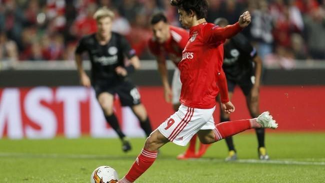 Joao Felix membuka keunggulan Benfica atas Eintracht Frankfurt melalui gol dari titik putih. (REUTERS/Pedro Nunes)