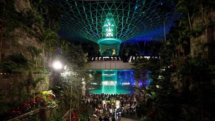 Intip Air Terjun Indoor Tertinggi Dunia di Bandara Changi