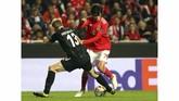 Joao Felix berusaha melewati adangan bek tengah Eintracht Frankfurt Martin Hinteregger. (AP Photo/Armando Franca)
