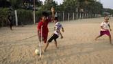 Di atas lapangan, Kaung Khant Lin, terampil memainkan bola menghadapi lawan-lawan yang bertubuh normal. (SAI AUNG MAIN / AFP)
