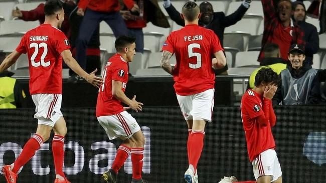 Joao Felix haru merayakan gol ketiga ke gawang Eintracht Frankfurt yang memastikan Benfica meraih kemenangan 4-2. (REUTERS/Pedro Nunes)
