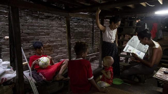Kondisi satu kaki Kaung Khant Lin kerap membuat rekan-rekannya khawatir, namun tidak ada yang bisa menghentikan kegilaan remaja 16 tahun itu dari bermain sepak bola.(SAI AUNG MAIN / AFP)