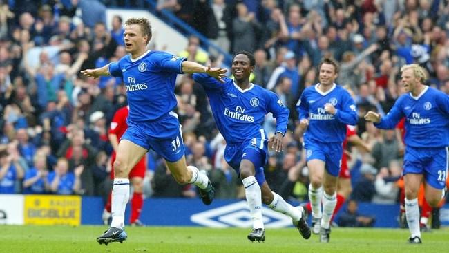 Winger Chelsea Jesper Gronkjaer (kiri) mencetak gol kemenangan2-1 timnya atas Liverpool di pekan ke-38 Liga Primer Inggris 2002/2003. Kekalahan itu membuat Liverpool tertahan di posisi kelima klasemen dan gagal ke Liga Champions di musim berikutnya. (ADRIAN DENNIS / AFP)