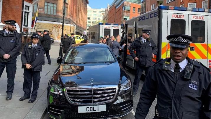 Pendiri WikiLeaks, Julian Assange, ditangani oleh petugas Kepolisian Metropolitan selama penangkapannya dan ditahan setelah penghentian suaka oleh pemerintah Ekuador, di London, Inggris, 11 April 2019 dalam gambar ini yang diperoleh dari media sosial. Adrian (Cotterill / Dooh Harian via REUTERS)