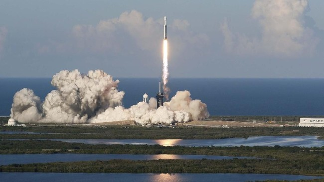 Peluncuran ini sempat tertunda selama sehari lantaran angin kencang di lapisan atmosfer.(REUTERS/Joe Skipper)