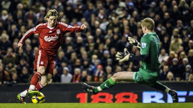 Fernando Torres menjalani musim yang apik bersama Liverpool pada 2007-2010. Di Januari 2011 Torres pindah ke Chelsea dengan harga £50 juga yang memecahkan rekor transfer Liga Inggris. Tetapi penampilan Torres di Chelsea tidak sebagus di Liverpool. (REUTERS/Russell Cheyne)