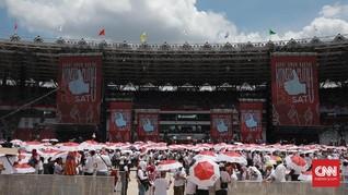 Petugas Damkar Semprot Air ke Tengah Massa Jokowi di GBK