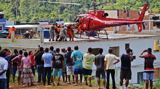 Pemerintah setempat menyatakan akan menggandeng polisi dan tentara untuk membantu investigasi bangunan runtuh itu. (Photo by CARL DE SOUZA / AFP)