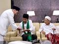 Jokowi Dapat Serban-Tasbih dari Mbah Moen dan Habib Luthfi
