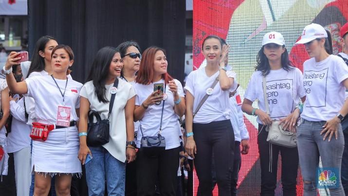 Sejumlah pendukung Paslon 01 Jokowi-Ma'ruf Amin tidak sedikit para wanita turut dalam Kampanye akbar.