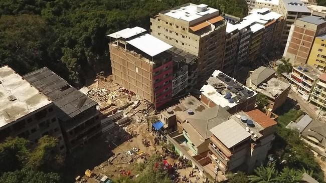 Dua buah bangunan di daerah Muzema, Kota Rio de Janeiro, Brasil runtuh. Penyebab robohnya belum diketahui. (AP Photo/Renato Spyrro)