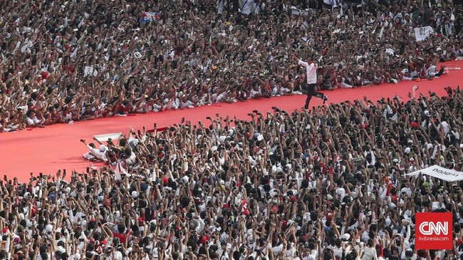 Joko Widodo saat Konser Putih Bersatu di Gelora Bung Karno, Jakarta, Sabtu, 13 April 2019. Konser Putih sekaligus Kampanye Akbar pasangan calon presiden dan wakil presiden nomor urut 01 Joko Widodo (Jokowi) - Ma'ruf Amin. (CNN Indonesia/Safir Makki)