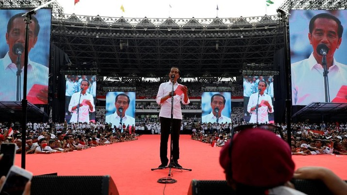 Calon Presiden nomor urut 01 Joko Widodo menyampaikan pidato kebangsaan dalam acara kampanye akbar Jokowi-Ma'ruf Amin di Gelora Bung Karno, Sabtu (13/4/2019).