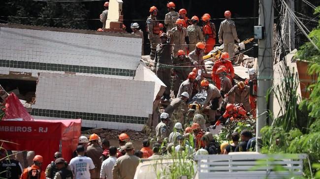 Tim pencari masih berusaha mencari korban yang tertimbun. Dua orang luka-luka dalam kejadian itu. (REUTERS/Ricardo Moraes)