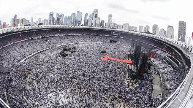 Relawan dan simpatisan pasangan Capres dan Cawapres nomor urut 01 Joko Widodo - KH Ma'ruf Amin menghadiri Konser Putih Bersatu di Stadion Utama Gelora Bung Karno (GBK), Jakarta, Sabtu (13/4/2019). (ANTARA FOTO/Muhammad Adimaja)