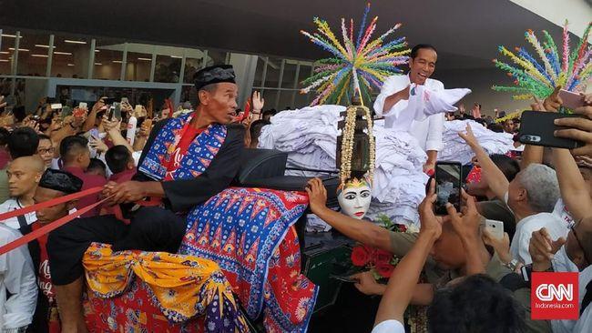 Naik Kereta Kencana, Jokowi-Ma'ruf Bagi-bagi Kaus di GBK
