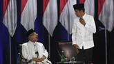 Pasangan capres-cawapres nomor urut 01 Joko Widodo (kedua kiri) dan Ma'ruf Amin (kiri) serta pasangan nomor urut 02 Prabowo Subianto (kedua kanan) dan Sandiaga Uno (kanan) bersiap mengikuti debat kelima Pilpres 2019 di Hotel Sultan, Jakarta, Sabtu (13/4/2019). (ANTARA FOTO/Wahyu Putro A)