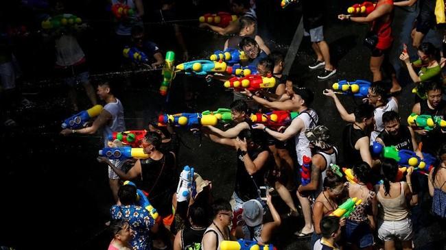 Masyarakat percaya, dengan melempar air, nasib buruk yang menimpa pada tahun-tahun sebelumnya perlahan sirna. (REUTERS/Soe Zeya Tun)