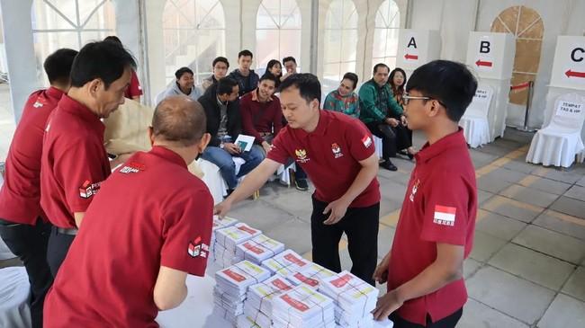 Kelompok Penyelenggara Pemungutan Suara Luar Negeri (KPPSLN) Beijing mengeluarkan surat suara dari kotak suara tersegel di depan para pemilih sebelum pemungutan suara dimulai di Beijing, Cina, Minggu (14/4). ANTARA FOTO/M. Irfan Ilmie/wsj.