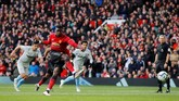 Pada menit ke-17 Man United mendapat hadiah penalti setelah Juan Mata dilanggart Robert Snodgrass. Paul Pogba yang menjadi eksekutor sukses melaksanakan tugas usai tendangan pemain asal Perancis itu tidak bisa diantisipasi kiper Lukasz Fabianski. (REUTERS/Phil Noble)