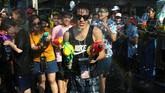 Dalam perayaan kali ini, misalnya, sejumlah biksu meminta warga dan wisatawan untuk meredam kemeriahan Festival Songkran. (REUTERS/Athit Perawongmetha)