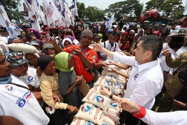 Ribuan Massa Tumpah Ruah di Bazar Murah Karawang