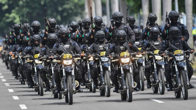 Di DKI Jakarta sendiri, kepolisian telah menyiapkan skenario untuk mengamankan TPS yang berpotensi terjadi konflik, dengan menurunkan personel Polri, TNI, serta anggota perlindungan masyarakat (linmas). (Photo by ADEK BERRY / AFP)