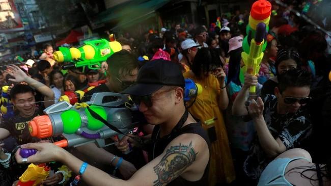 Warga Thailand merayakan Festival Songkran selama 13-15 April 2019. Perayaan yang dikenal sebagai Tahun Baru Buddha ini juga sering disebut sebagai pertarungan air terbesar di dunia. (REUTERS/Soe Zeya Tun)