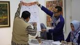 Petugas mengecek surat suara saat pemilu 2019 di KBRI Dhaka, Bangladesh, Sabtu (13/4). (ANTARA FOTO/Handout)