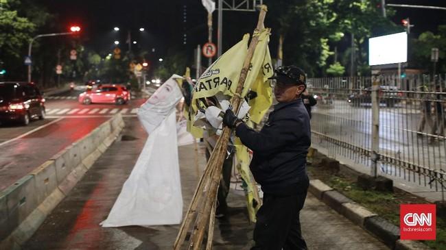Saat memantau, Ketua Bawaslu DKI Jakarta Muhammad Jufri mengatakan pohaknya sudah membersihkan semua APK. Pembersihan juga dilakukan hingga gang-gang perumahan. (CNN Indonesia/Andry Novelino)