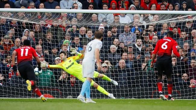 Tendangan keras kaki kanan Pogba ke pojok kanan bawah gawang West Ham membuat The Red Devils kembali unggul 2-1 di menit ke-80. (REUTERS/Phil Noble)