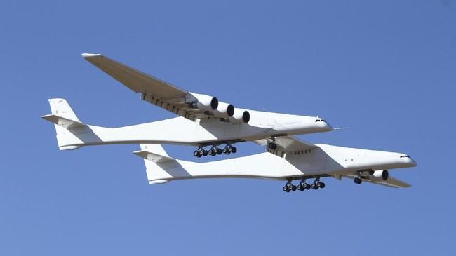 Setelah bertahun-tahun pengembangan, pesawat terbang terbesar di dunia diterbangkan untuk pertama kalinya pada Sabtu (13/4). (AP Photo/Matt Hartman)