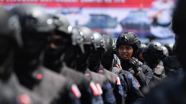 Anggota Brimob POLRI mengikuti Apel Patroli Skala Besar TNI-Polri di JIExpo, Kemayoran, Jakarta Pusat. Polda Metro Jaya juga mengimbau agar masyarakat tidak takut untuk menggunakan hak suara. (ANTARA FOTO/Sigid Kurniawan)