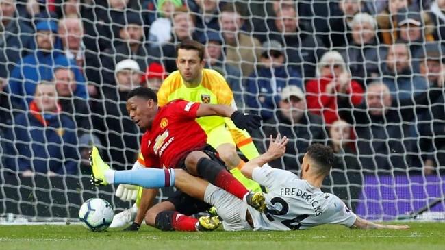 Winger Man United Anthony Martial mendapat adangan keras dari Ryan Fredericks di menit ke-79. Pelanggaran itu kembali memberikan peluang bagi Setan Merah untuk unggul lewat tendangan penalti. (REUTERS/Phil Noble)