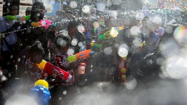 Tahun ini, perayaan Festival Songkran di Bangkok akan dilakukan dalam skala yang lebih kecil, berkaitan dengan persiapan pesta upacara penobatan Raja Thailand Rama X pada awal Mei mendatang. (REUTERS/Athit Perawongmetha)