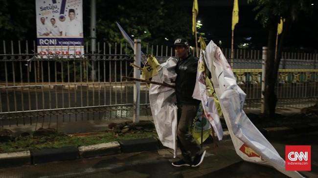 Selama delapan bulan pelaksanaan Pilpres dan Pileg, wajah kota memang dipenuhi spanduk, poster, dan baliho yang berisi wajah caleg, capres, serta janji-janji mereka. (CNN Indonesia/Andry Novelino)