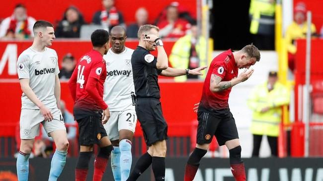 Bek Man United Phil Jones (kanan) sempat mengalami luka parah di dahi sebelah kanan usai tersikut Declan Rice. Sempat mendapat perawatan, Jones tetap bisa melanjutkan pertandingan dan memberikan kemenangan bagi Man United. (Action Images via Reuters/Carl Recine)