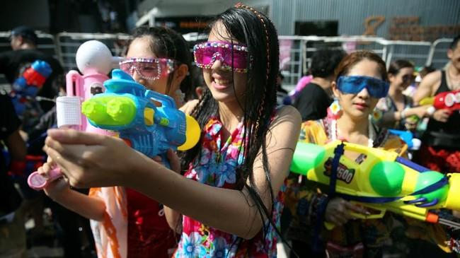 Saat itu, pihak berwenang Bangkok memangkas durasi hari perayaan dan memberlakukan jam malam untuk pertarungan air. (REUTERS/Athit Perawongmetha)