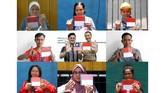 Foto kombo sejumlah warga negara Indonesia menunjukkan jarinya yang telah dicelupkan tinta usai menggunakan hak suaranya di KBRI, Kuala Lumpur, Malaysia, Minggu (14/4). (ANTARA FOTO/Rafiuddin Abdul Rahman)