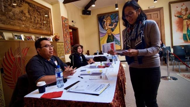 Warga negara Indonesia menggunakan hak suaranya ketika mengikuti pemilu 2019 di KBRI Wellington, Selandia Baru, Sabtu (13/4). Pemilu serentak 2019 ikuti sekitar 4900 WNI yang memiliki hak pilih di seluruh negara tersebut. ANTARA FOTO/ Ramadian Bachtiar/wpa/HP.