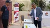 Duta Besar Indonesia untuk Yordania Andy Rachmianto menggunakan hak suaranya ketika mengikuti pemilu 2019 di KBRI Amman, Yordania, Sabtu (13/4). Berdasarkan data PPLN Yordania terdapat 1.032 WNI yang terdaftar dalam DPT Luar Negeri di wilayah Yordania dan Palestina. (ANTARA FOTO/Handout).