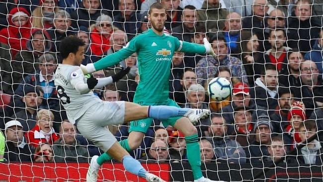 Gelandang West Ham Felipe Anderson sempat mencetak gol pada menit ke-10. Namun wasit Graham Scott menganulir gol tersebut karena Anderson lebih dulu dalam posisi offside. (REUTERS/Phil Noble)