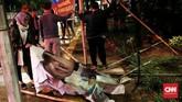 Di kecamatan Pasar Minggu, Jakata Selatan, penurunan dan pembersihan atribut kampanye dipimpin langsung camat pasar minggu Agus Irwanto pada Minggu dini hari pukul 00:15 WIB. Jakarta. (CNN Indonesia/Andry Novelino)