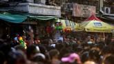 Dalam festival ini, orang beramai-ramai mengenakan kaus bermotif bunga dan mempersenjatai diri mereka dengan pistol air serta kacamata pelindung. Pertarungan air menimbulkan macet di jalanan seantero kota. (REUTERS/Soe Zeya Tun)
