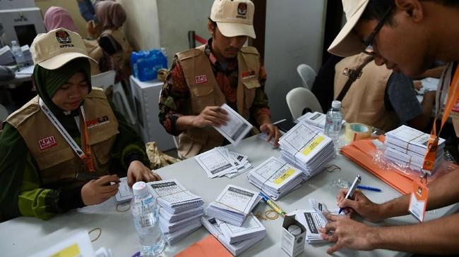 Panitia Pemilihan Luar Negeri di Kuala Lumpur, Malaysia, menyiapkan surat suara bagi para WNI yang akan menggunakan hak suara pada gelaran Pilpres 2019. (Photo by Mohd RASFAN / AFP)