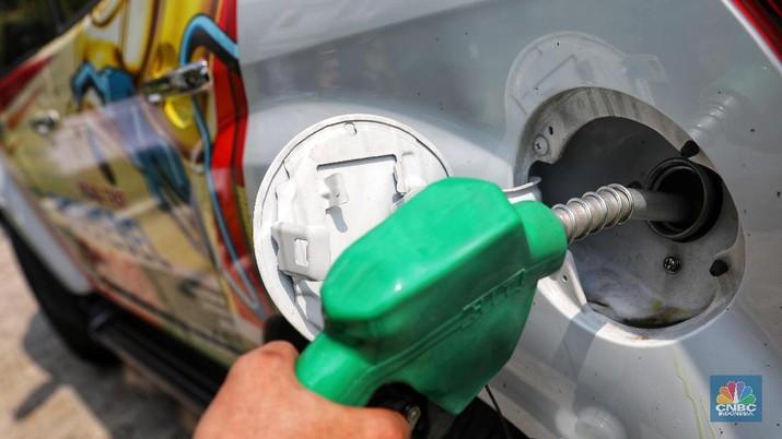 Menteri Pertanian Amran Sulaiman melakukan pengisian bahan bakar biodiesel B100 di Kantor Kementerian Pertanian, Jakarta, Senin (15/4/2019). Biodiesel yang berasal dari Crude Palm Oil (CPO) ini harapannya dapat dipergunakan secara umum di masyarakat. (CNBC Indonesia/Andrean Kristianto)