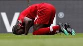 Sadio Mane langsung bersujud usai mencetak gol pertama Chelsea. (REUTERS/Phil Noble)