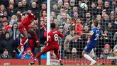Penyerang Liverpool Sadio Manecetak gol pertama ke gawang Chelsea melalui tandukan pada menit ke-51 assist dari Jordan Henderson.(Reuters/Lee Smith)