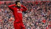 Mohamed Salah melakukan selebrasi gol dengan meletakkan kedua telapak tangan di samping telinganya. Sebelumnya, ia diejek fan Chelsea sebagai pengebom. (REUTERS/Phil Noble)